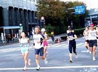 水道橋駅前を力走するクッキー選手(約7キロ)