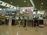 成田空港のチェックインカウンター前で集合