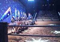 馬に乗ったカウボーイが並んでいる写真