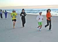 海岸をジョギングするツアー参加の皆さん