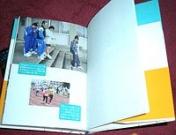 「伴走者たち」の見開き部分にある写真(富山の教室の受講者のアイマスク体験の様子がカラー写真で紹介)