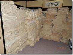 仮眠用の毛布が積まれた写真(積んだ高さは私の背丈より高い、それが10組以上並んでいました)