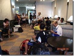 地鉄ホテルのロビーで説明する実行委員会のT村さんと参加者の皆さんの写真です。