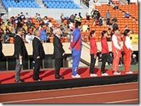 開会式で織田ポールの日章旗掲揚に向かうゲストと主催者